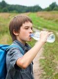 Oudoors питьевой воды ребенк Стоковые Фото