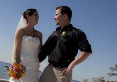 Oudoors de couples de mariage Image stock