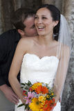 Oudoors de los pares de la boda fotos de archivo libres de regalías