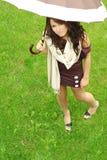 oudoors parasolkę dziewczyn. Zdjęcie Royalty Free