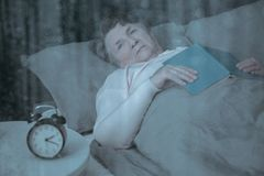 Oudste die aan slapeloosheid lijden stock afbeelding
