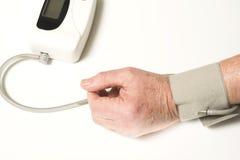 Oudste die bloeddruk neemt stock fotografie