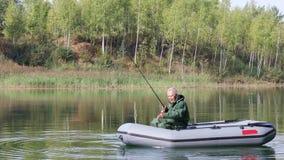 Oudste die in een boot vissen stock footage