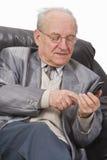 Oudste die een mobiele telefoon met behulp van Royalty-vrije Stock Foto