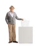 Oudste die een stem uitbrengen in een stembus Stock Fotografie