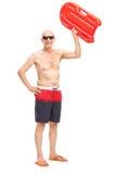 Oudste die een zwemmende vlotter in de lucht tegenhouden royalty-vrije stock afbeelding
