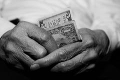 Oudste die financieel worstelt stock afbeeldingen