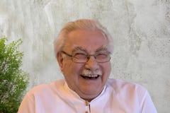 Oudste die met al zijn hart lachen stock fotografie