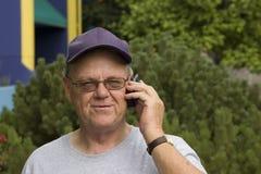 Oudste die op cellphone spreekt Stock Foto