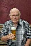 Oudste die van een bier genieten royalty-vrije stock foto's