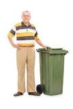 Oudste die zich door een vuilnisbak bevinden Stock Foto's