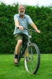 Oudste en fiets Stock Foto's