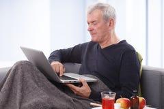 Oudste met laptop Stock Foto