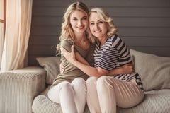 Oudste mum en volwassen dochter royalty-vrije stock afbeeldingen