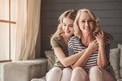 Oudste mum en volwassen dochter stock afbeelding