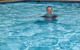 Oudste teruggetrokken mens die in pool zwemt royalty-vrije stock afbeelding
