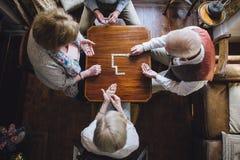 Oudsten die Domino's spelen royalty-vrije stock fotografie