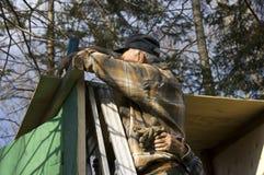 Oudsten die een cabine frame royalty-vrije stock foto's
