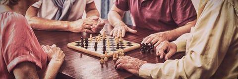 Oudsten die schaak spelen stock fotografie