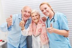 Oudsten en verpleegster met omhoog duimen royalty-vrije stock foto's