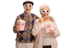 Oudsten met 3D glazen en popcorn Stock Afbeelding