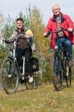 Oudsten op een fiets Stock Foto's