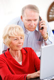 Oudsten: Paar op Telefoon met Technologie-Steun royalty-vrije stock foto's