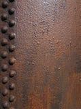 ough textured stary brąz rdzewiejącą żelazo powierzchnię z liniami korodujący nity fotografia stock