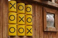 Oughts und Kreuze, Tic tac-Zehenspiel, am Kinderspielplatz Stockfotos