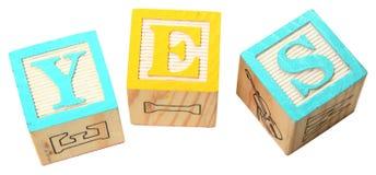 OUI dans des blocs d'alphabet photos stock