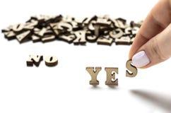 Oui et non non écrit dans les lettres en bois, le concept du choix photos libres de droits