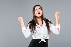 Oui, je gagne Victoire optimiste de réjouissance de femme d'affaires de bonheur d'isolement sur le fond gris photographie stock