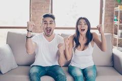 But ! Oui ! Les jeunes mariés sont des fans des jeux de sports comme foo Photos stock