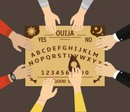 Ouija-Brett-Spielen Eine Gruppe von Personen verständigen sich mit Geist durch ein geistiges Brett ouija stock abbildung
