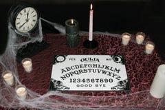 Ouija Vorstand mit Kerzen Stockbilder