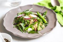 Ouinoa avec de la salade d'asperge et de feta photos stock