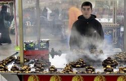 Oumbärliga tinget till Istanbul grillade kastanjer Kastanjebrun säljare av Fotografering för Bildbyråer