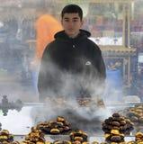 Oumbärliga tinget till Istanbul grillade kastanjer Kastanjebrun säljare av Royaltyfri Bild