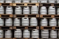 öl kegs vanliga rader Arkivfoto
