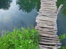 över den trägammala floden för bro Arkivfoton