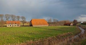 övergiven dilapidated lantgårdNederländerna Royaltyfri Bild