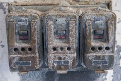 övergiven smutsig gammal strömbrytarevägg för byggnad Royaltyfria Foton