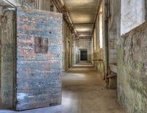 övergivet dörröppningsfängelse Royaltyfri Fotografi