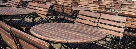 Ound tomma träbrunttabeller med bänkar Arkivbilder