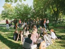 oung人或学生一个建造队的公园的 免版税图库摄影