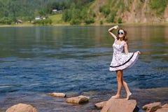 Oung, сексуальная девушка в платье на речном береге, утесы Стоковые Изображения