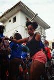 oung dziewczyna tanczy podczas ulicznego karnawału obraz royalty free