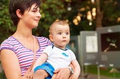 Oung kobieta z jej małą chłopiec obrazy stock