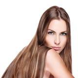 Oung kvinna med rakt långt hår arkivfoto