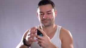 Oung latynoscy ludzie i męski piękno Ufny metrosexual mężczyzna używa kiść dezodorant na underarm skórze zdjęcie wideo